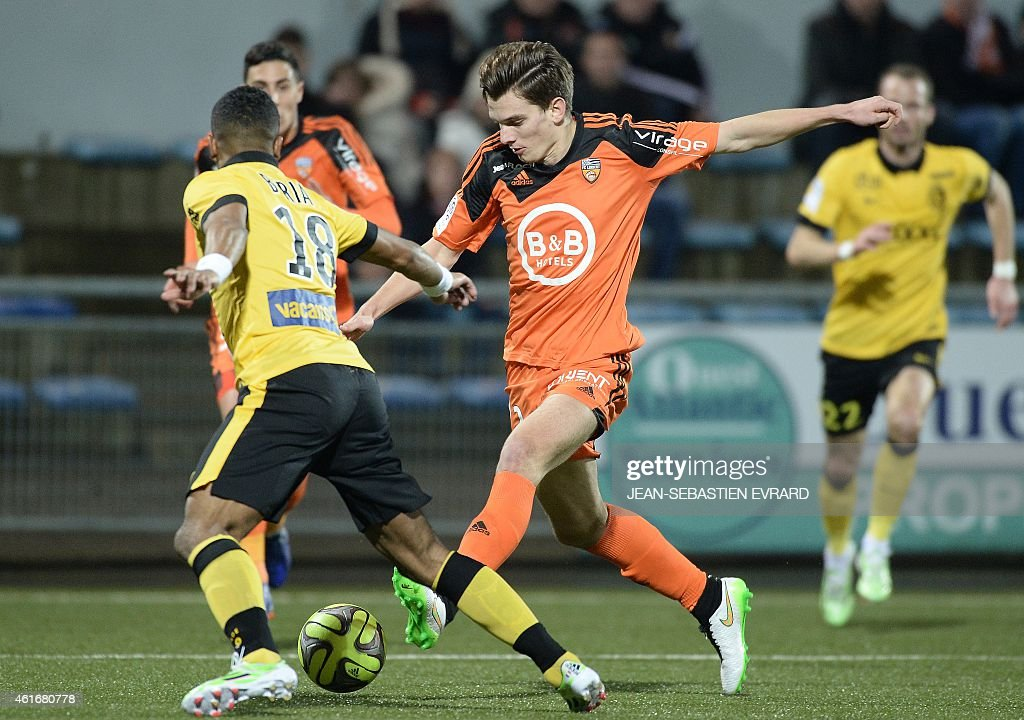 Lorient's French forward Benjamin Jeannot (C) vies with Lille's French defender Franck Beria (L) during the French L1 football match Lorient (FCL) vs Lille (LOSC) on January 17, 2015 at the Moustoir stadium in Lorient. AFP PHOTO / JEAN-SEBASTIEN EVRARD