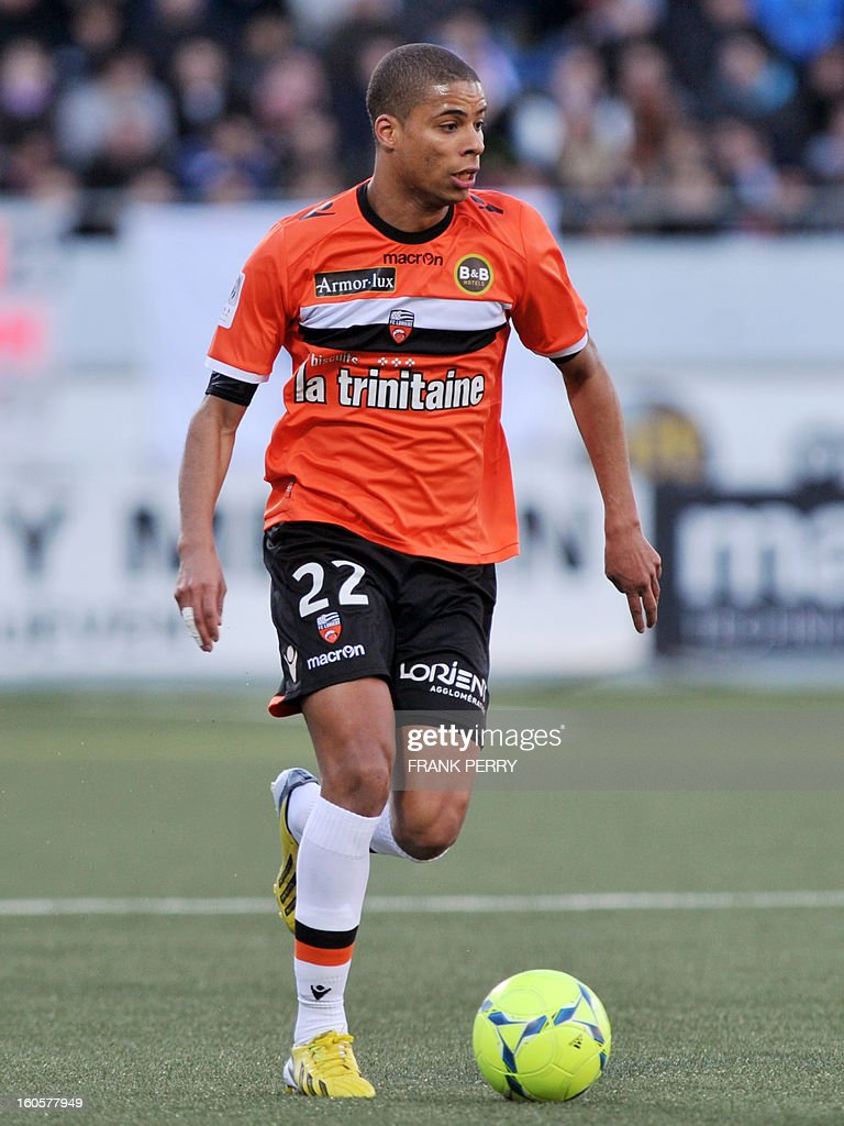 Lorient's French forward Kevin Monnet-Paquet controls the ball during the French L1 football match Lorient (FC) vs Rennes (Stade Rennais) on February 2, 2013 at the Moustoir Stadium in Lorient, western France. AFP PHOTO FRANK PERRY