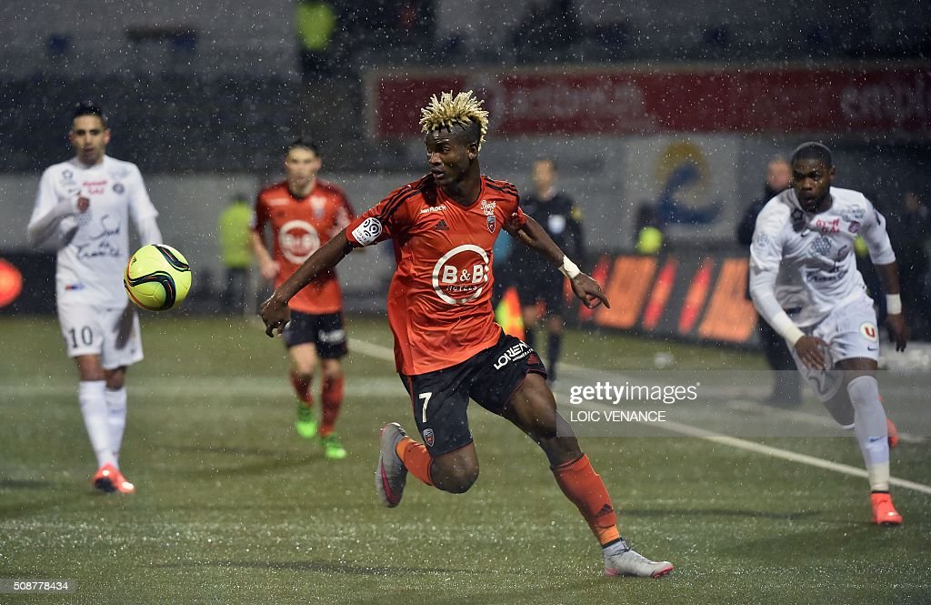 Lorient's Gabonese midfielder Didier Ndong (C) eyes the ball during the French L1 football match between Lorient and Montpellier on February 6, 2016 at the Moustoir stadium in Lorient, western France. AFP PHOTO / LOIC VENANCE / AFP / LOIC VENANCE