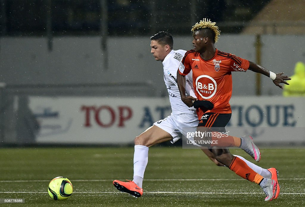 Lorient's Gabonese midfielder Didier Ndong (R) vies with Montpellier's French midfielder Jonas Martin during the French L1 football match between Lorient and Montpellier on February 6, 2016 at the Moustoir stadium in Lorient, western France. AFP PHOTO / LOIC VENANCE / AFP / LOIC VENANCE