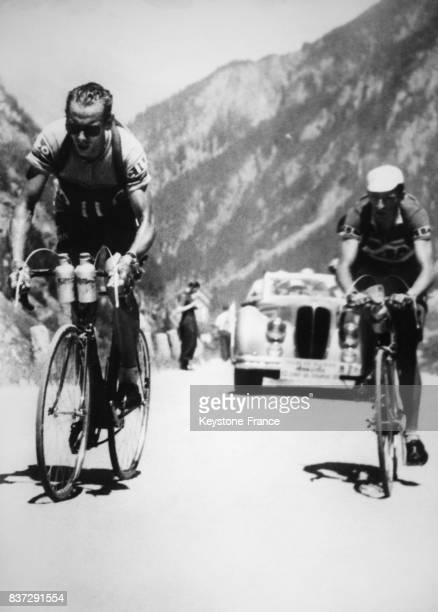 Lors de l'étape à destination de Bellinzone sur le Tour de Suisse Ferdi Kübler et Hugo Koblet se disputent le passage du col de l'Oberalp en Suisse...