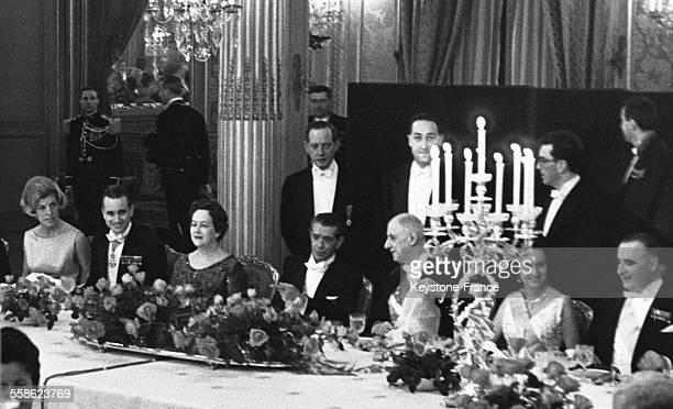 Lors du dîner au palais de l'Elysée donné en l'honneur du président mexicain Adolfo Lopez Mateos on voit de gauche à droite Claude Pompidou Jacques...