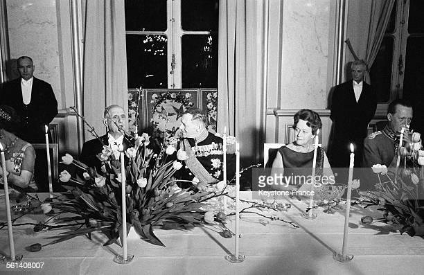 Lors du dîner à l'Elysée donné en l'honneur des souverains danois le général de Gaulle le roi Frédéric IX de Danemark et Madame de Gaulle...