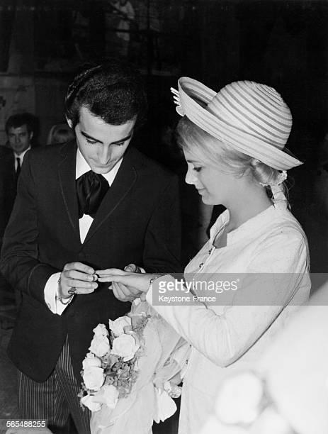 Lors du mariage à l'église Dick Rivers passant l'alliance au doigt de sa jeune femme Micheline David à SaintCloud France le 24 avril 1965