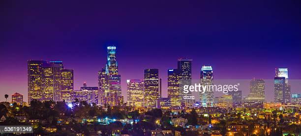 Der Innenstadt von Los Angeles skyline von Wolkenkratzern citycape panorama der Dämmerung Nacht