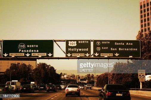 Los Angeles Freeway sorties sur une belle journée ensoleillée.