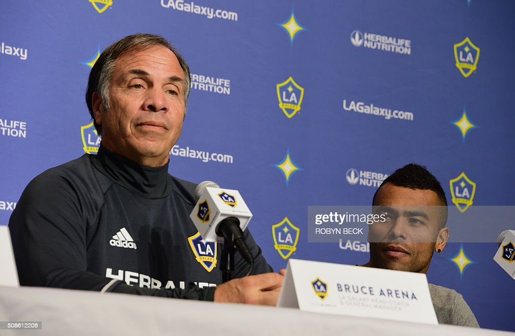 Los Angeles Galaxy head coach Bruce Arena (L) and the team's newest English footballer Ashley Cole attends at press conference at the StubHub Center, February 5, 2016 in Carson, California. / AFP / Robyn Beck