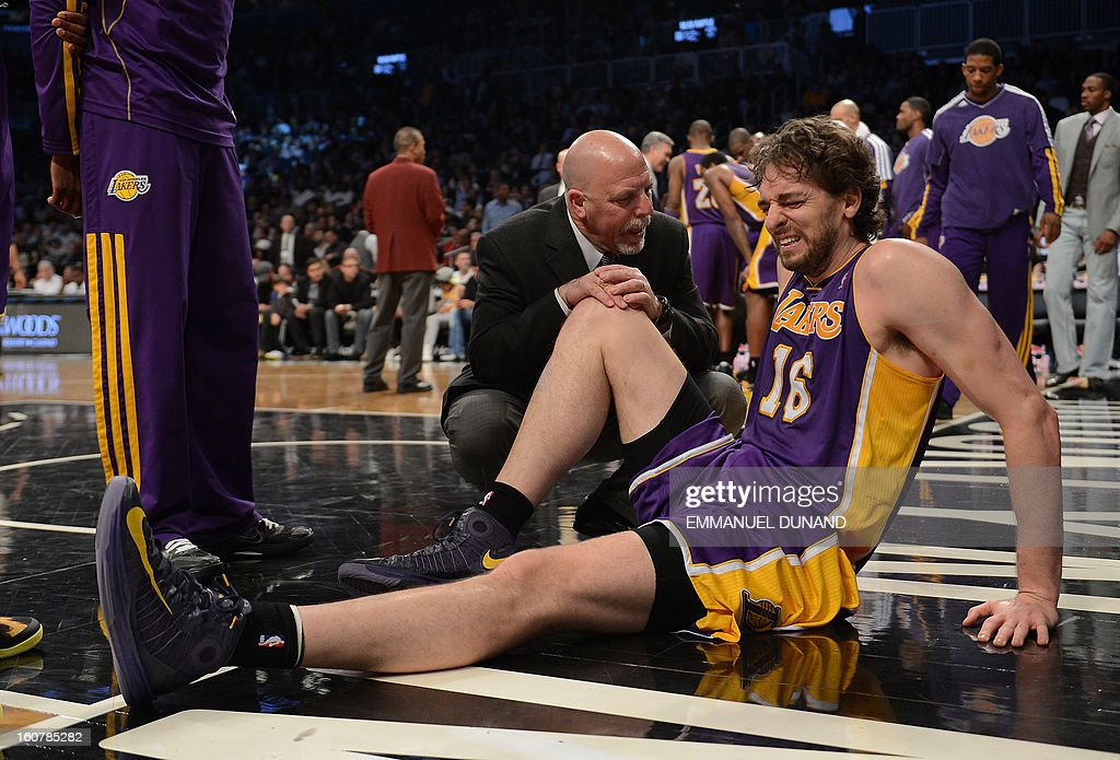 Los Angeles Lakers' Pau Gasol grimaces after injuring himself against the Brooklyn Nets during their NBA game at the Barclays Center in the Brooklyn borough of New York City, February 5, 2013. AFP PHOTO/Emmanuel Dunand