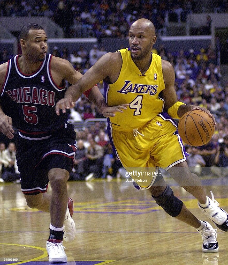Los Angeles Lakers Ron Harper R drives around Chi