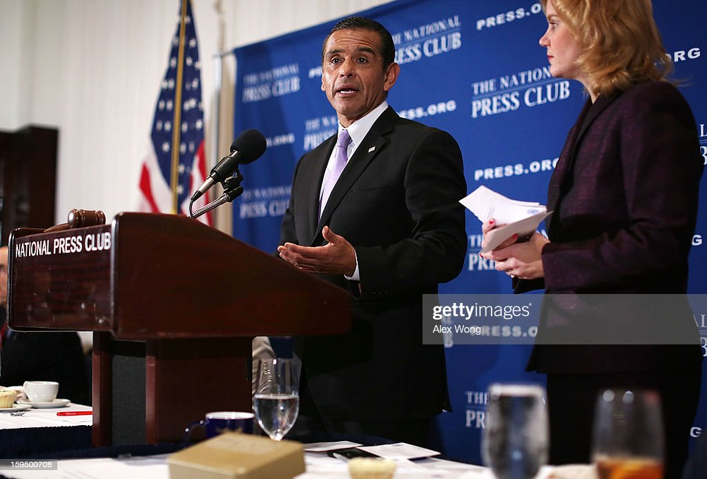 Los Angeles Mayor <a gi-track='captionPersonalityLinkClicked' href=/galleries/search?phrase=Antonio+Villaraigosa&family=editorial&specificpeople=178925 ng-click='$event.stopPropagation()'>Antonio Villaraigosa</a> (L) answers questions from the audiences after he addressed a National Press Club luncheon January 14, 2013 at the National Press Club in Washington, DC. Villaraigosa spoke on 'Immigration Reform: Now is the Time.'