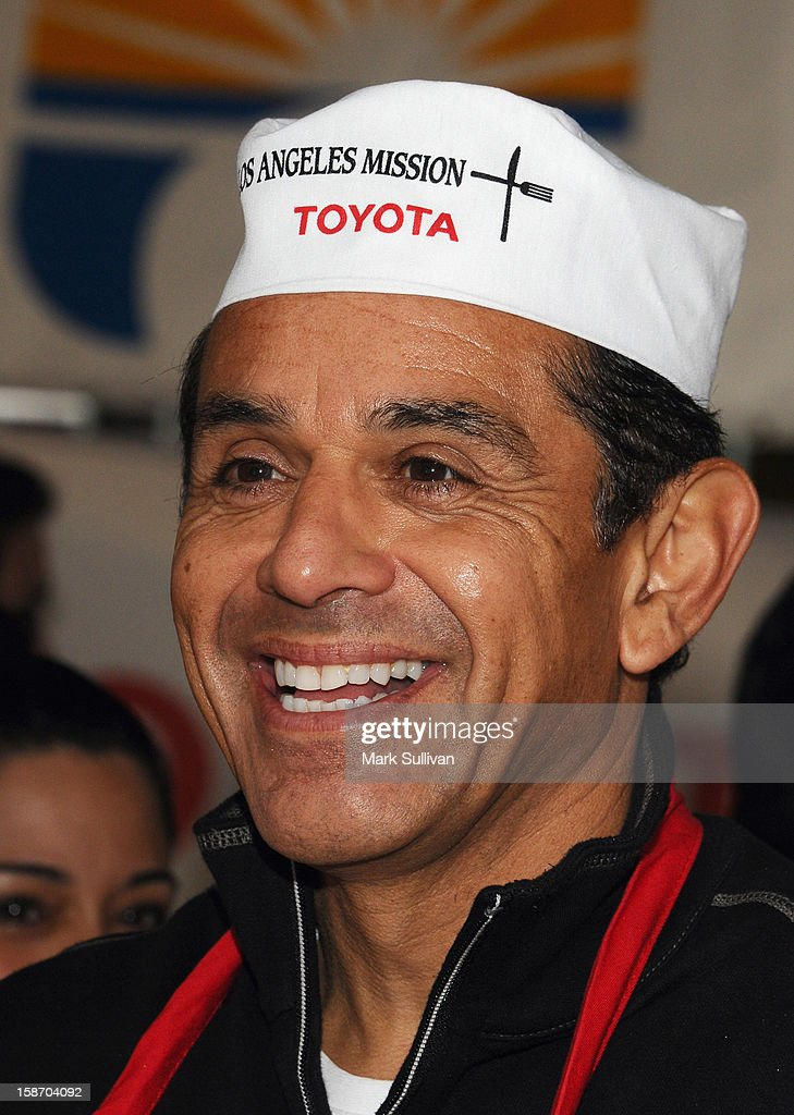 Los Angeles Mayor Antonio Villaraigosa serves food during the Los Angeles Mission Christmas Eve meal for the homeless at Los Angeles Mission on December 24, 2012 in Los Angeles, California.