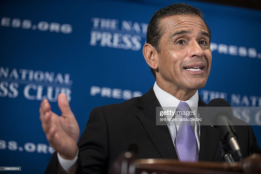 Los Angeles Mayor Antonio Villaraigosa speaks during a luncheon at the National Press Club ON January 14, 2013 in Washington. Villaraigosa spoke about immigration reform, gun laws and other issues. AFP PHOTO/Brendan SMIALOWSKI