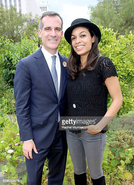 Los Angeles Mayor Eric Garcetti and Rosario Dawson attend the mitu TACO Challenge on May 7 2016 in Los Angeles California