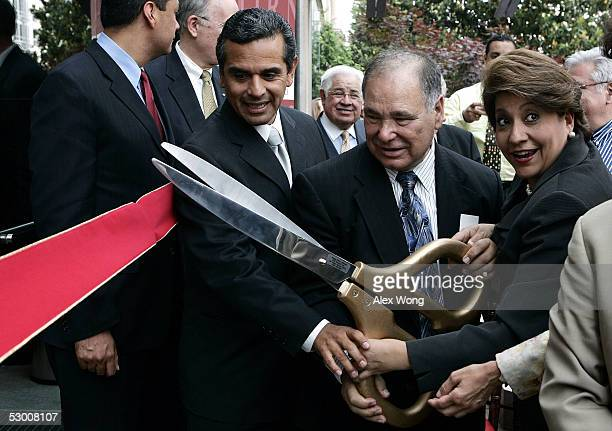 Los Angeles MayorElect Antonio Villaraigosa joins former President and CEO Raul Yzaguirre and current President and CEO Janet Murguia for a ribbon...