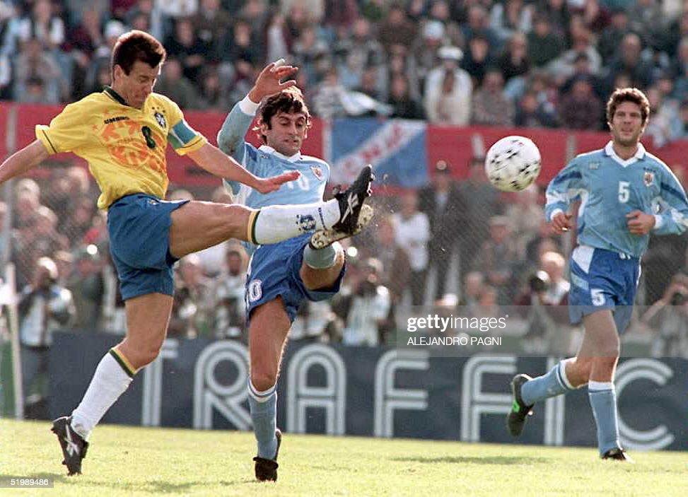 Los dos capitanes Dunga de Brasil y Francescoli de Uruguay luchan por la pelota el 23 de Julio mientras observa Alvaro Gutierrez durante el partido...