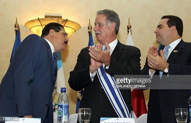 Los presidentes Oscar Berger de Guatemala y de El Salvador Elias Antonio Saca aplauden al diputado salvadoreno Ciro Cruz Zepeda luego de tomar...