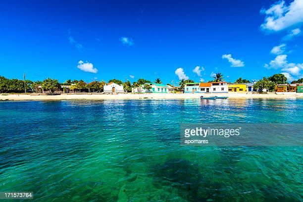 Los Roques ville vu depuis la mer, au Venezuela