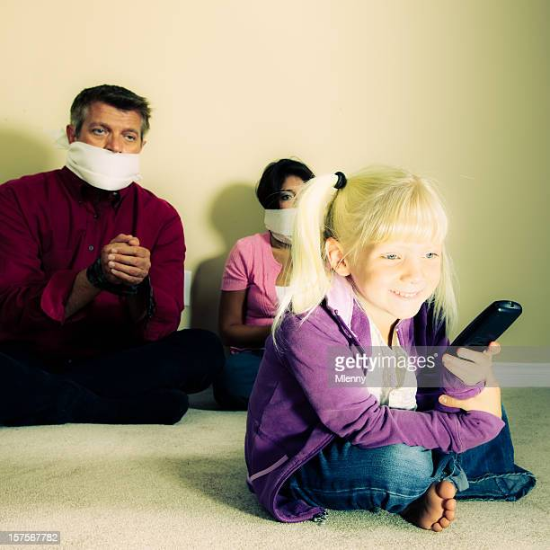 Perte de contrôle-petite fille en regardant la télévision.