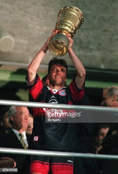 1 BAYERN MUENCHEN DFB POKALSIEGER 1998 Lothar MATTHAEUS mit Pokal