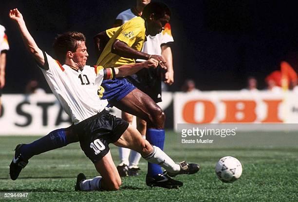 LAENDERSPIEL 1993 in Koeln LAENDERSPIEL DEUTSCHLAND BRASILIEN 21 Lothar MATTHAEUS/GER Julio CESAR/BRA SPIELSZENE