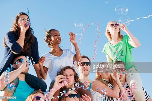 Un sacco di amici godono di una festa in spiaggia in estate