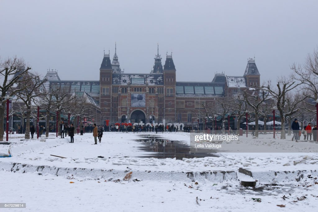 lots of snow in front of rijksmuseum museu amsterdam holanda