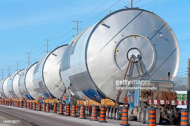 Sacco di ampio carico camion parcheggiato dietro ogni altro