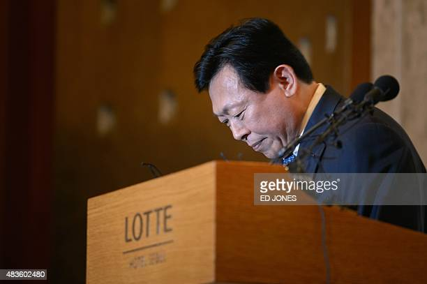 Lotte group chairman Shin DongBin bows in apology prior to a press conference at the Lotte hotel in Seoul on August 11 2015 The head of South Korea's...