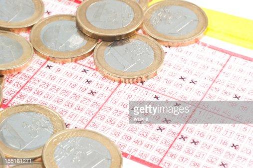 lotto - Lottoschein mit Münzen : Bildbanksbilder