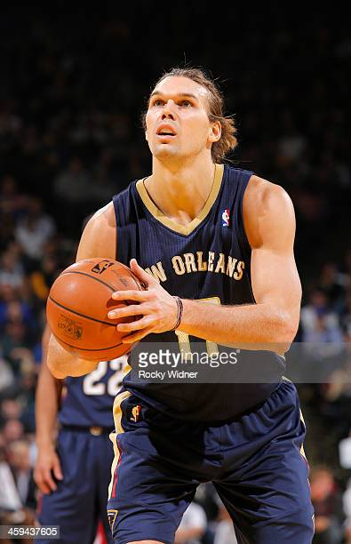Lou Amundson of the New Orleans Pelicans shoots a free throw against the Golden State Warriors on December 17 2013 at Oracle Arena in Oakland...