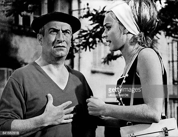 Louis de Funes *Filmschauspieler Komiker Frankreichmit Genevieve Grad in dem Film 'Der Gendarm von St Tropez'F/I 1964