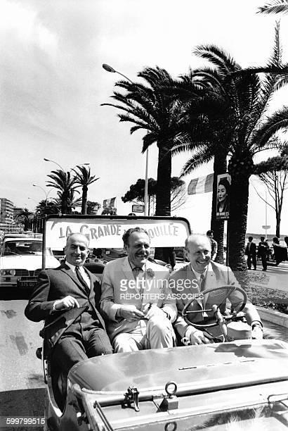 Louis de Funès Bourvil et Terry Thomas sur la croisette à Cannes pour la promotion du film 'La Grande Vadrouille' de Gérard Oury en 1966 à Cannes...