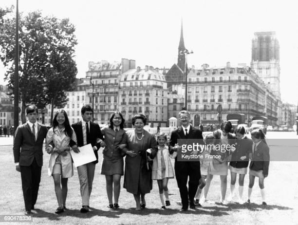 Louis Jouhet lauréat du titre du Père le plus méritant de France accompagné de ses neuf enfants a été reçu lors d'une réception dans les jardins de...