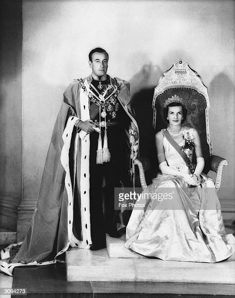 Louis Mountbatten 1st Earl Mountbatten of Burma with his wife Edwina as Viceroy and Vicereine of India dressed in official regalia