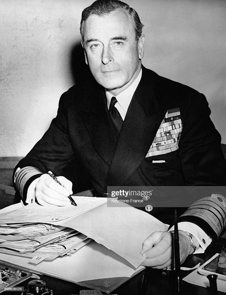 Louis Mountbatten promu Amiral de la flotte photographié dans son bureau de Londres RoyaumeUni le 22 avril 1955