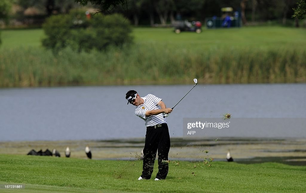 Louis Oosthuizen of South Africa plays a shot on day 2 of the 4 day 2012 Nedbank Golf Challenge in Sun City on November 30, 2012. AFP PHOTO / Alexander Joe