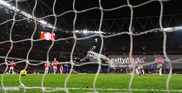 Louis Saha of Everton shoots past Wojciech Szczesny of Arsenal to score the first goal during the Barclays Premier League match between Arsenal and...