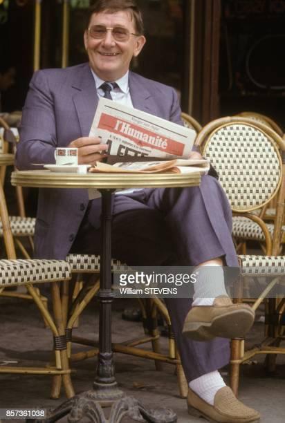 Louis Viannet Secretaire general de la CGT lit l'Humanite a la terrasse d'un cafe le 05 septembre 1988 a Paris France