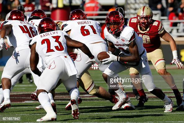 Louisville Cardinals quarterback Lamar Jackson looks to hand off to Louisville Cardinals running back Brandon Radcliff during an ACC Division 1 NCAA...