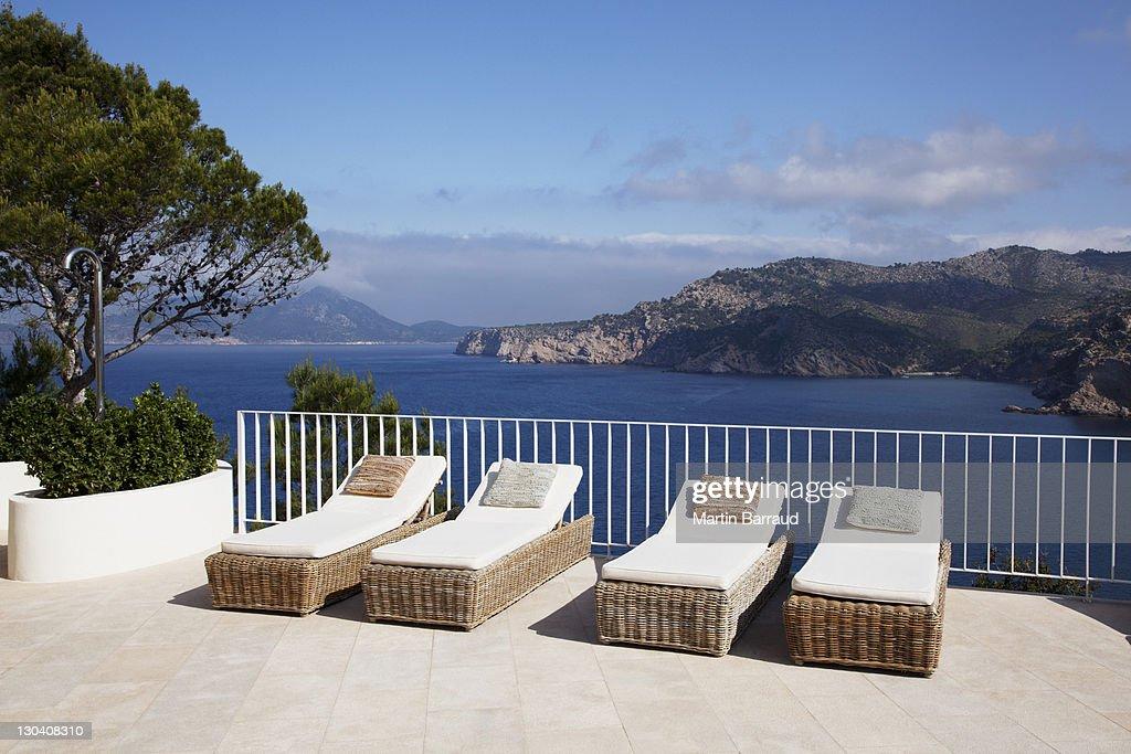 Chaises longues de la terrasse avec vue sur loc an photo for Chaises longues terrasse
