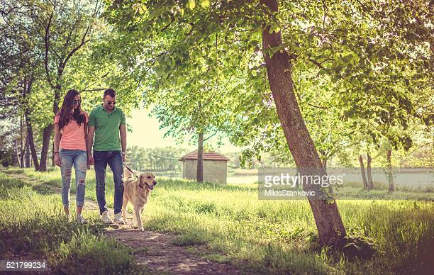 Liebe Paar mit Ihrem Hund im park