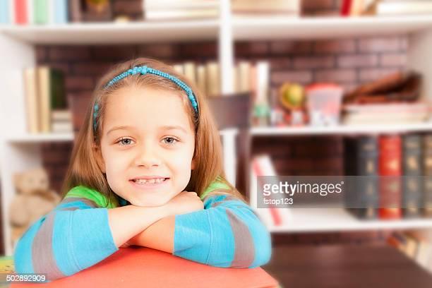 Liebe zu lesen! Cut kleines Mädchen in der Schule-Schalter.  Buchen.