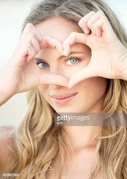 Amour, femme formant un cœur