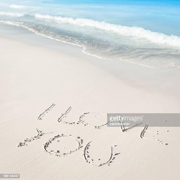Amo il testo sulla spiaggia di sabbia