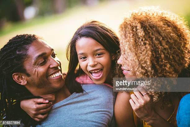 Schöne afrikanische amerikanische Familie Lachen im lustige Gesichter