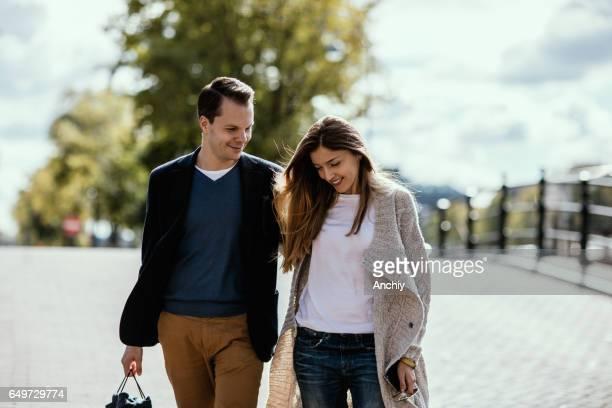 Couple charmant, tenant à la main, avoir une promenade sur la rue