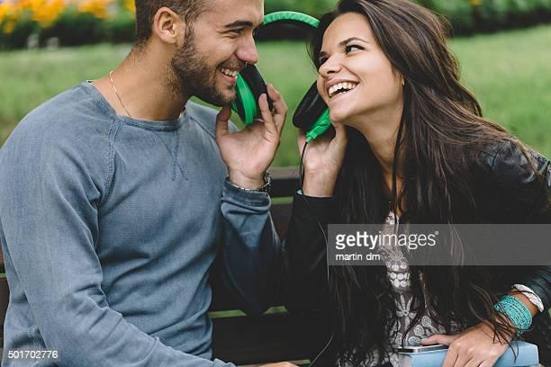 Joli couple à l'écoute de la musique