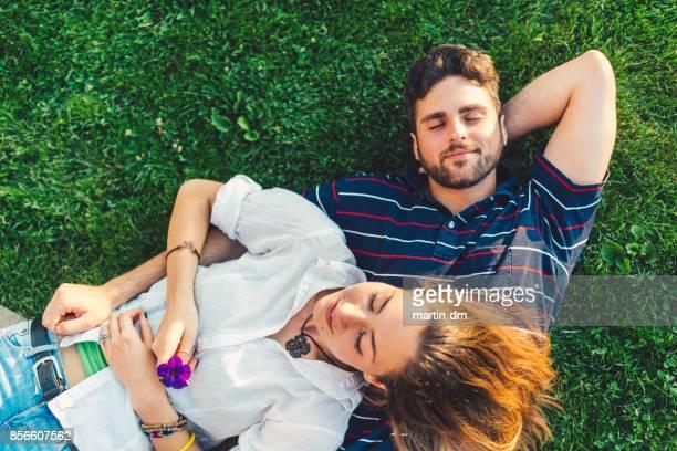 公園で休んでいる素敵なカップル