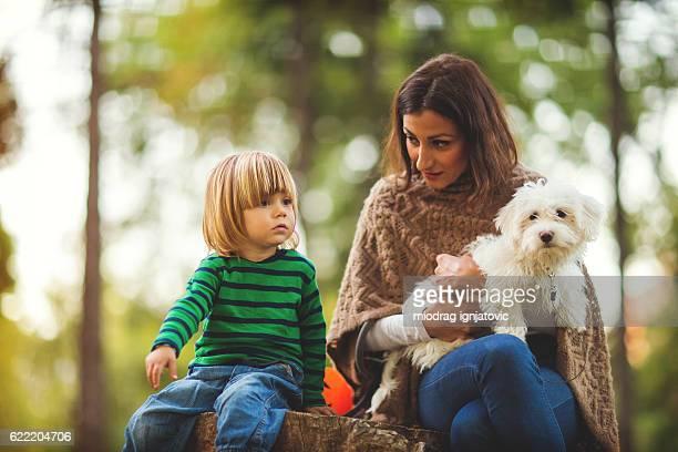 Bella famiglia nel parco