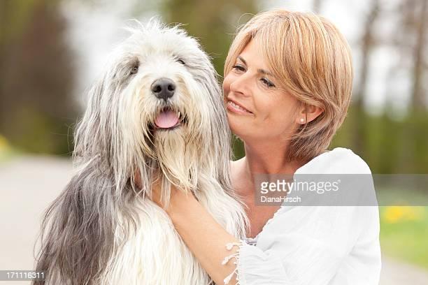 美しい女性や彼女の触れ合いの犬